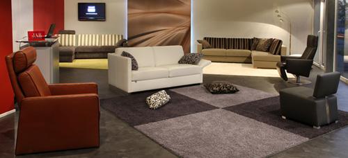 Auf dem Schwarzen Fußboden werden die Möbel ansprechend präsentiert